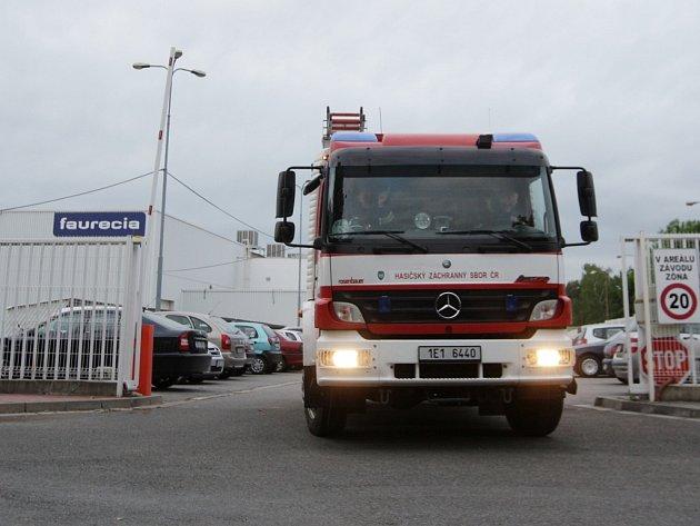 Požár komína v průmyslové zóně v Černé za Bory se naštěstí obešel bez větších škod.