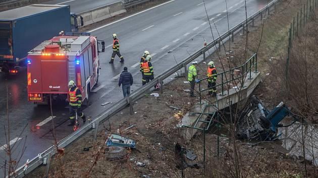 Střet osobního automobilu s traktorem na hlavním tahu mezi Pardubicemi a Hradcem Králové si vyžádal lidský život.