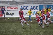 Oslava gólu - brazilský fotbalista Cadu a jeho spoluhráči se radovali po výhře Pardubic v Teplicích.
