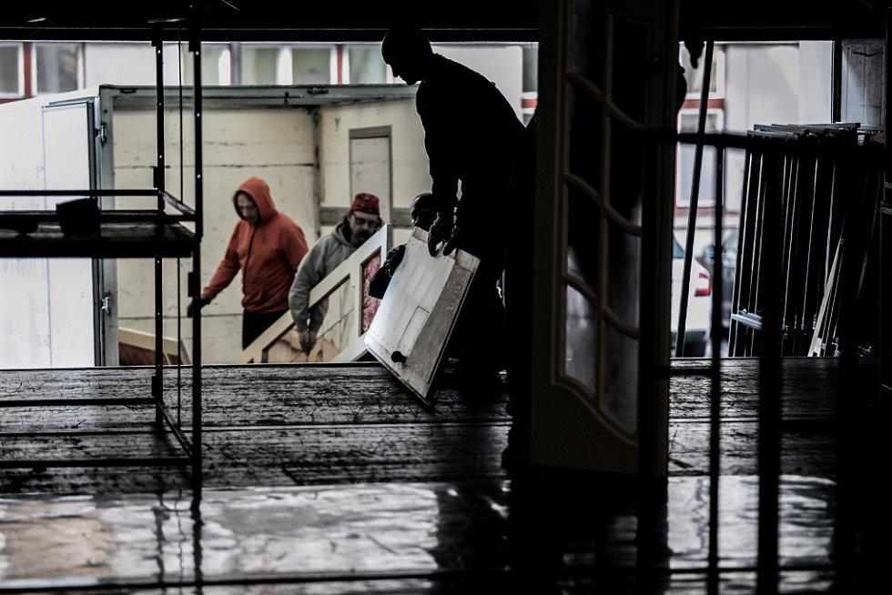 Přestavba Východočeského divadla Pardubice na plesový sál.