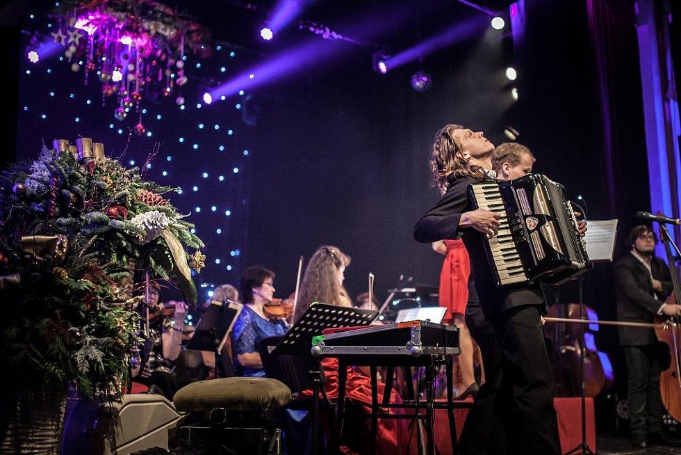Adventní koncert pro Itibo v Pardubicích. Hudební galavečer vynesl pro českou nemocnici v Keni 740 000 korun.