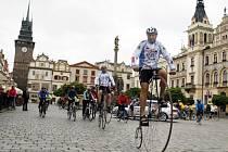 Peloton třiceti cyklistů v čele s Josefem Zimovčákem na historickém vysokém kole se vydal ve středu na jízdu z Velin do Pardubic.