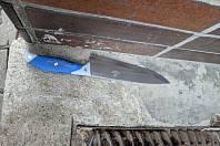 Muž se s nožem v ruce dobýval do domu své přítelkyně.