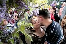 První máj byl nejen výročím nádraží, ale také lásky čas a pro tyto případy nesměl chybět polibek či Máchův Máj.