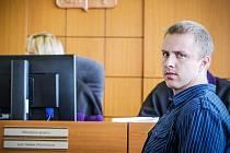 Tomáš Běloušek, jeden z mužů, který v roce 2013 u obce Knyk navrtal produktovod společnosti Čepro. Spolu se svými společníky tak způsobil mnohamilionové škody. Soud je poslal do vězení na 2,5 roku.