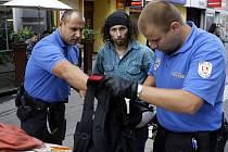 Zloděj kradl zřejmě na více místech. Strážníci z jeho batohu vytřepali šaty i boty.