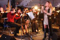 Vzpomínka na loňský rok: Pardubická komorní filharmonie doprovázela zpěvačku Yvettu Blanarovičovou. Letos ji vystřídá operní pěvkyně, mezzosopranistka Ester Pavlů.