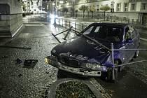 Proražené zábradlí na Jahnově třídě v Pardubicích má na svědomí řidič BMW, který své vozidlo nezvládl.