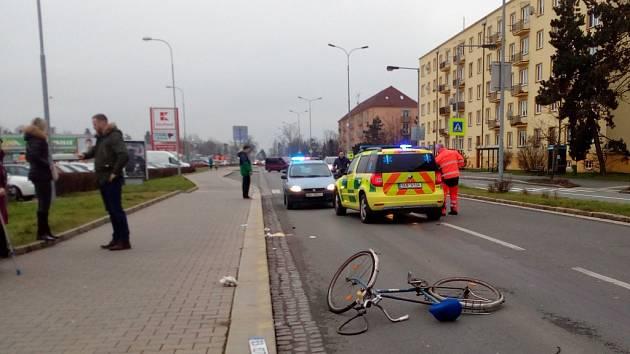 Cyklista na přechodu. Po střetu s vozidlem utrpěl zranění hlavy.