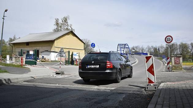 Ve Valech je kvůli objížďce vyfrézovaná silnice, aby podjezdem projely také autobusy.