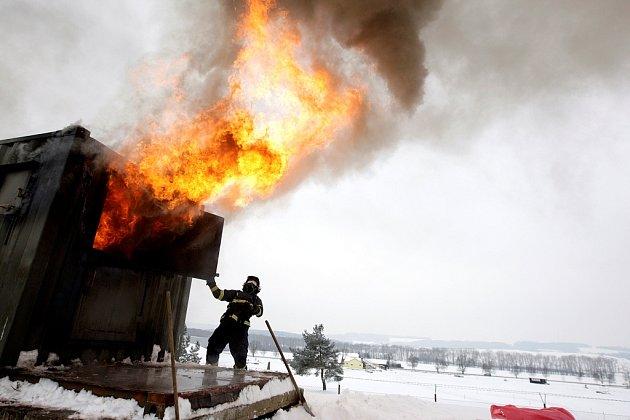 Backdraft. Takhle vypadá vhasičském simulátoru. Oheň nakrmený přísunem čerstvého vzduchu prudce vzplane a zašlehne kam jen může…