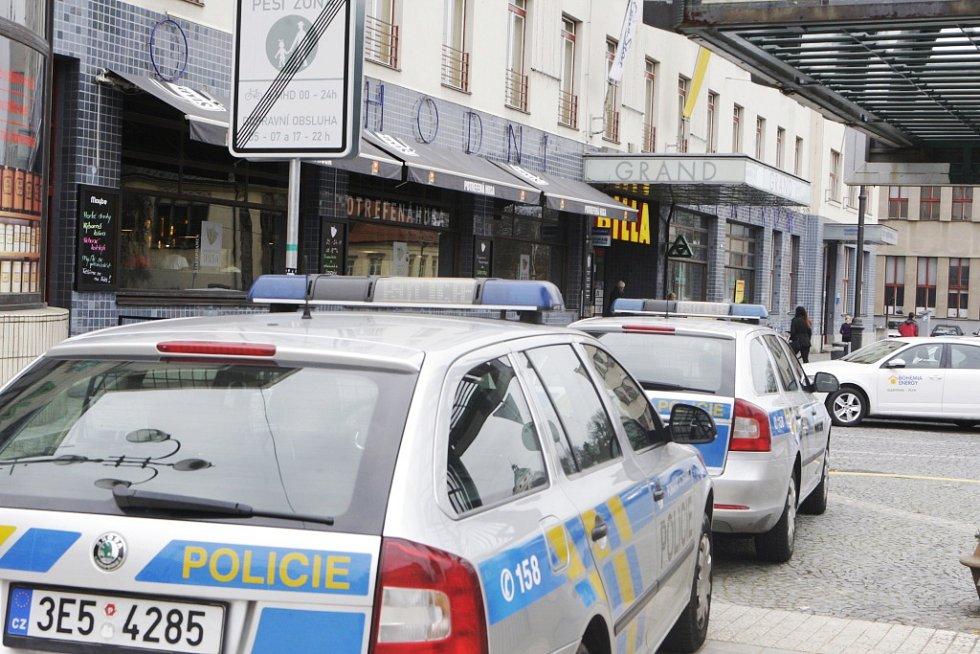 Ostrý zásah v pardubickém nákupním centru Grand. Policisté vtrhli do budovy kvůli nahlášeným rukojmím, volající však do telefonu situaci poněkud zdramatizoval.