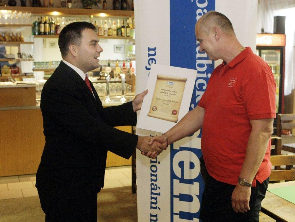 Hospůdkou roku 2012 se stala restaurace Pod Vinicí. Miroslav Kubálek si přebírá ocenění.