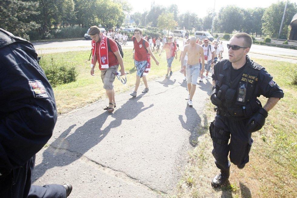Policejní dohled mělo jádro pardubického kotle celou dobu pobytu v Hradci Králové.