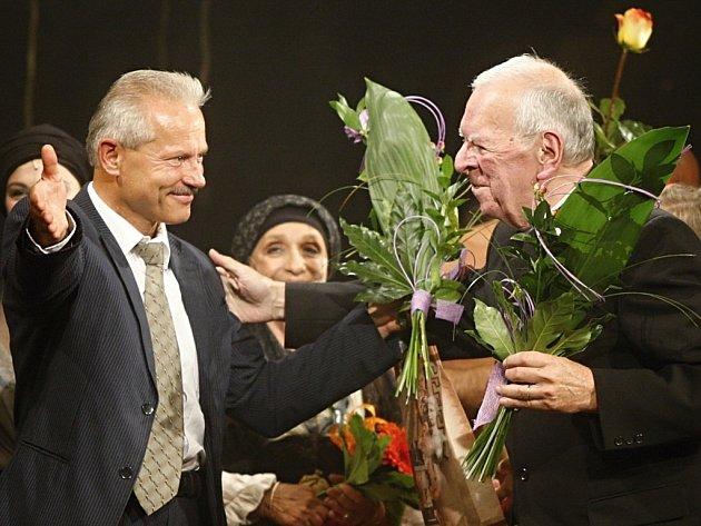 Milan Uhde (vpravo) spolu s režisérem pardubické inscenace Balada pro banditu Michaelem Tarantem na scéně Východočeského divadla. Pro představení měl autor jen slova chvály.