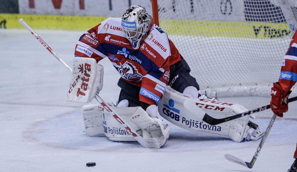 Utkání Tipsport extraligy v ledním hokeji mezi HC Dynamo Pardubice (červenobílém) a BK Mladá Boleslav (v bílozeleném).