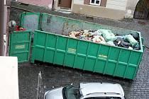 Množství odpadu uskladněné v zadní části restaurace Galera naplnilo velkoobjemový kontejner.