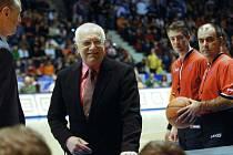 Preziden Václav Klaus navštívil basketbalový duel v pardubické ČEZ Areně