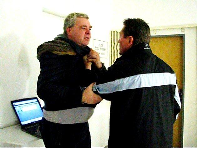 Pan Chmelař místo dcery začal trestat přítomné novináře.