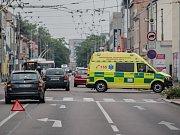 Dopravní nehoda sanitky a osobního auta v Pardubicích na křižovatce ulic Teplého a J. Palacha.