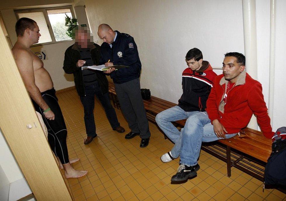Zloděj - smolař. Šatní skříňka, do které se vloupal v šatně plaveckého bazénu, patřila totiž policistovi, který si byl náhodou zaplavat.  Nejenže zloděje přistihl, ale na místě jej také zadržel.