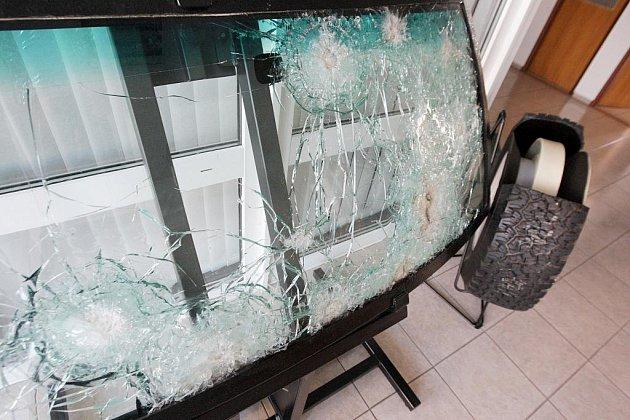 Čelní sklo z automobilu, který se i s českým velvyslancem pokusili rozstřílet atentátníci v Iráku. Vůz upravený v Přelouči dovnitř nepropustil ani jednu střelu.