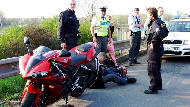 Motorkář policistům ujížděl i s devatenáctiletou spolujezdkyní. Zastavilo ho až policejní auto napříč silnicí