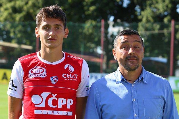 Fotbalový útočník Mojmír Chytil, vpravo sportovní manažer FK Pardubice Martin Shejbal