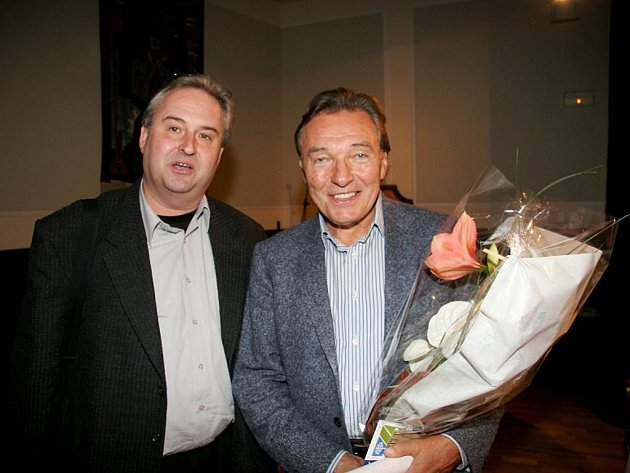 Karel Gott s editorem svého CD a DVD Janem Adamem