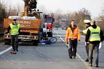 Patnáctiletého cyklistu zachytil v Opatovicích nad Labem kamion. Mladík byl na místě mrtev.