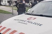 Šestadvacetiletý cizinec v pátek v Pardubicích zbil a okradl hendikepovaného muže. Do dvou minut ho zadrželi strážníci.