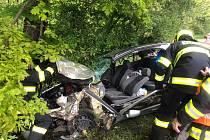 Auto skončilo v příkopu, řidiče vyprostili hasiči.
