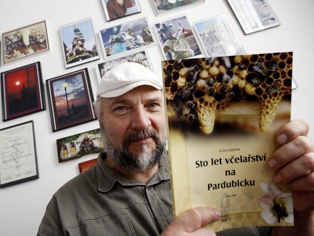 Včelař Evžen Báchor vydal knihu Sto let včelařství na Pardubicku