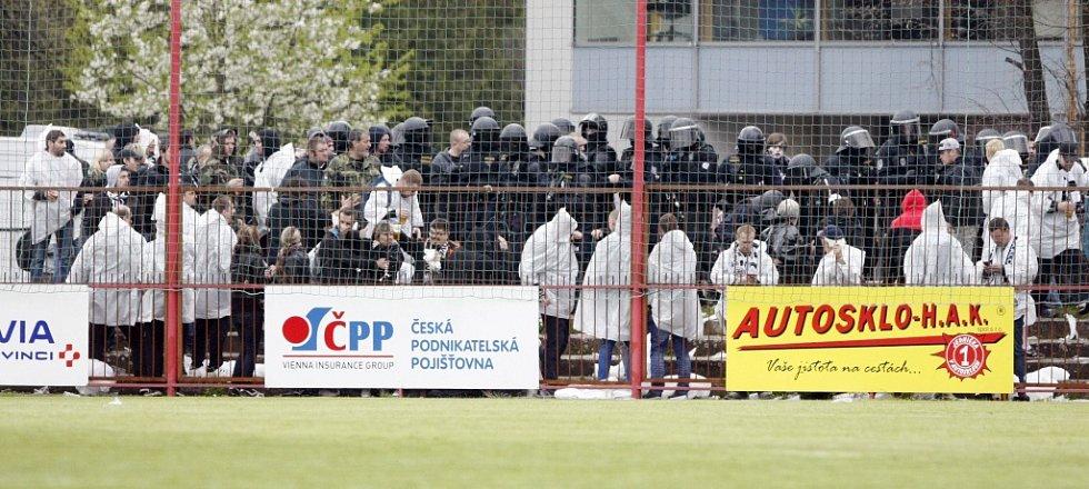 Zákrok pořádkové jednotky proti hradeckým fanouškům v druhé půli derby.
