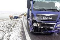 Střet nákladního a osobního vozidla u Volče.
