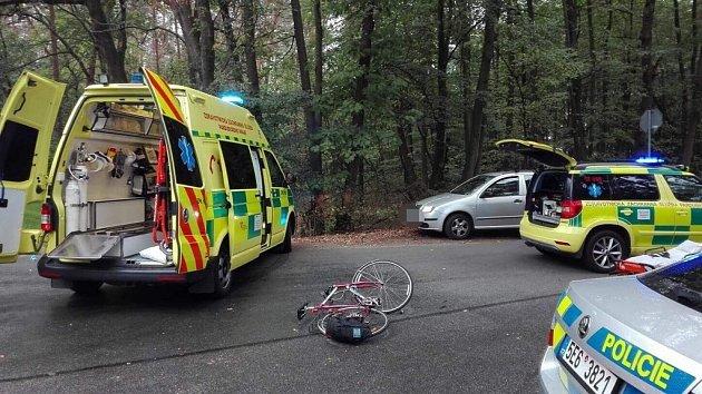 Cyklista při nehodě utrpěl středně vážná poranění hlavy.