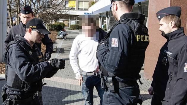 Opilý muž na Masarykově náměstí se vrhal do silnice. Zastavili jej až policisté.
