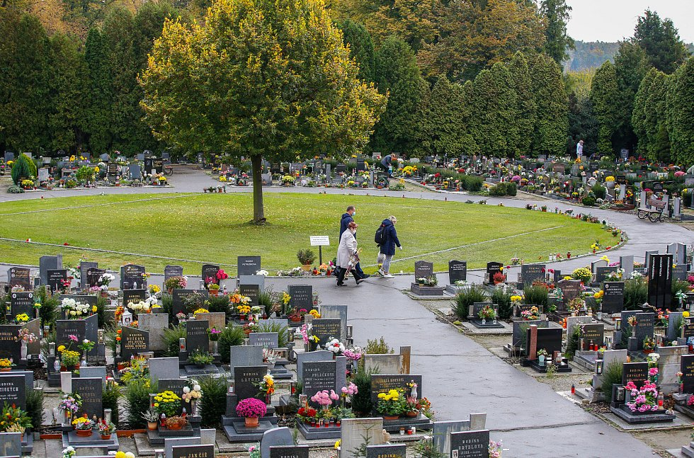 Památka zesnulých či lidově Dušičky na pardubickém Centrálním hřbitově v době Koronovirové epidemie.