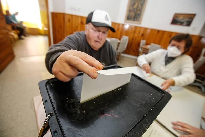 Uživatelé pardubického Domova pro seniory U Kostelíčka volili do Poslanecké sněmovny a zároveň i do místního referenda o budoucnosti vzhledu Zelené brány.