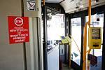 Kvůli šíření koronaviru a nařízení vlády zavedl pro ochranu řidičů Dopravní podnik města Pardubice pro cestující zákaz nastupování a vystupování předními dveřmi. Tím i znemožnil koupit si jízdenku přímo u řidiče.
