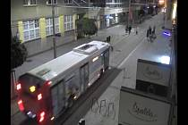 Útok na autobus skateboardem.