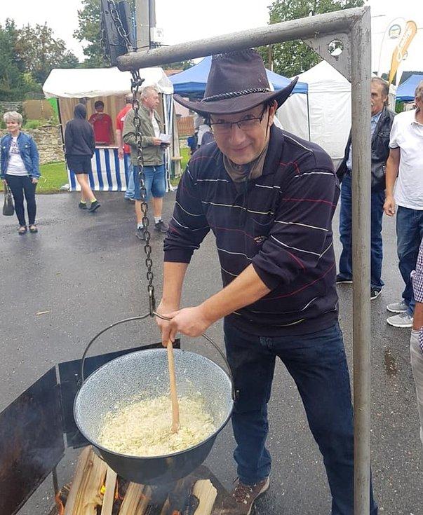 Kandidáti 3PK Josef Hájek (na fotografii), Bohumil Benášek a Petr Škvařil, pod názvem Krajánci, vařili na Guláš festivalu v Přívratu.