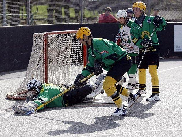 Přeloučtí hokejbalisté (v zelenobílém) proti Vsetínu