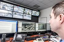 V novém operačním středisku mají strážníci k dispozici deset monitorů.