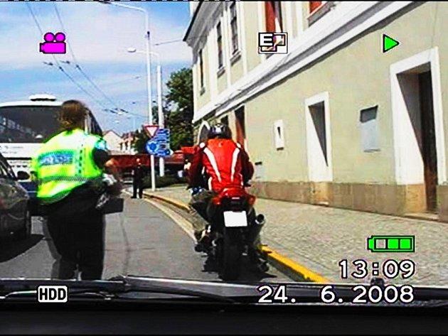 Pronásledování motorkáře v Lázních Bohdanči