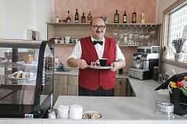Mentálně a zdravotně postižení uživatelé služeb Denního stacionáře Slunečnice se po dvouleté pauze znovu stali kavárníky.