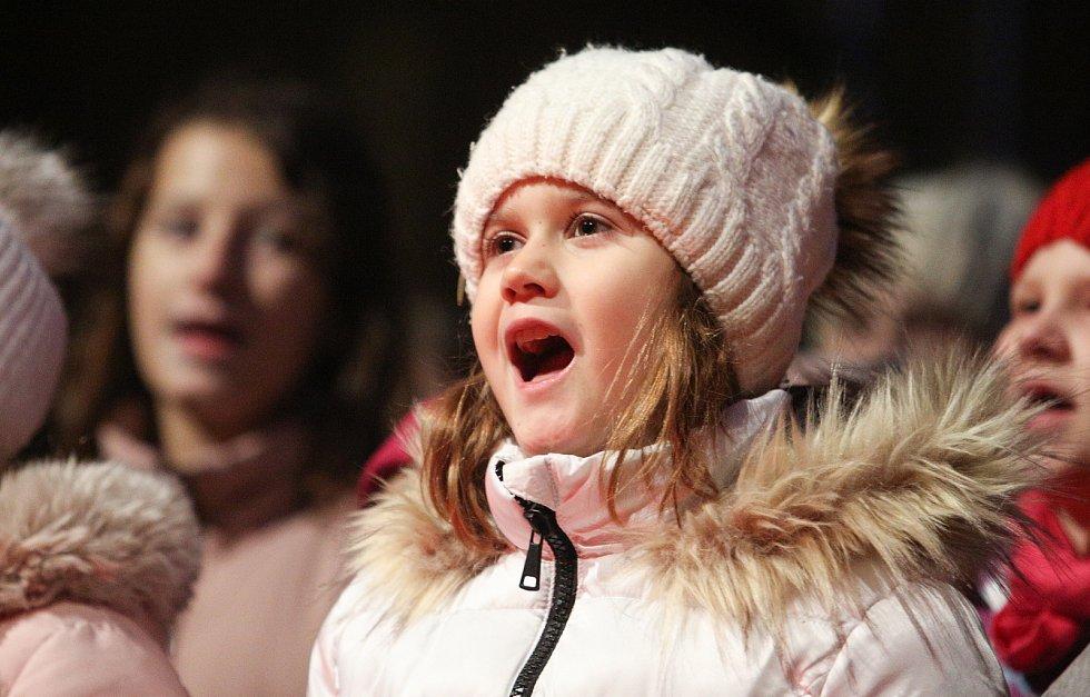 Česko zpívalo koledy již po deváté. Vybrané skladby zazněly i na Pernštýnském náměstí v Pardubicích. S příchozími zpívaly dětské sbory Čtyřlístek a Pramínek.