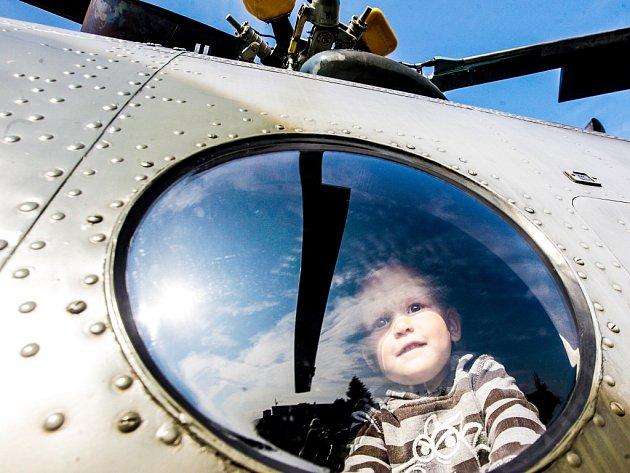 Nabitý víkendový program ve Starém Mateřově. Na fotbalovém hřišiti se kromě fotbalistů, hasičů a posvícení usadil také vojenský vrtulník.