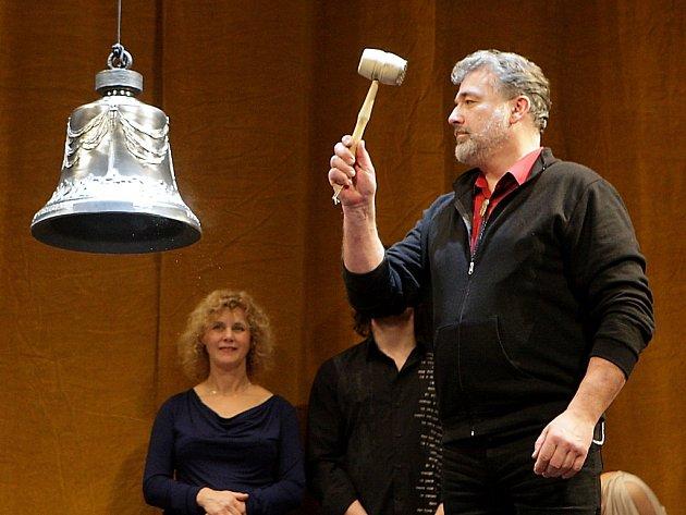 Zvon zatím nemá srdce. Autor návrhu Pavel Novotný jej proto rozezněl paličkou na maso.