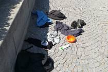 Obsah batohu, který otevřel pyrotechnik. Zapomněl si ho zřejmě bezdomovec.